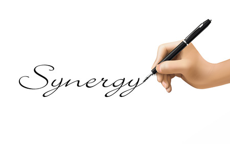 sinergia: palabra sinergia escrito por mano 3d sobre blanco