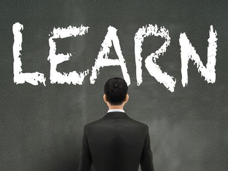 empresario: hombre de negocios mirando a aprender palabras en la pared