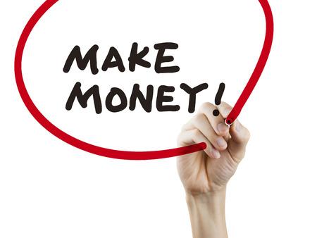 투명 보드에 돈으로 손으로 쓰는 단어를 만들어라.