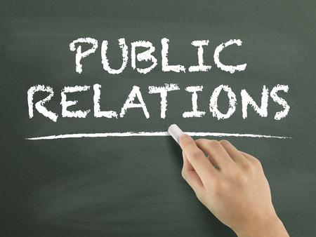 relaciones publicas: palabras de relaciones públicas escritas a mano en la pizarra