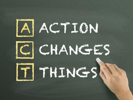 Actie verandert Dingen met de hand geschreven op schoolbord