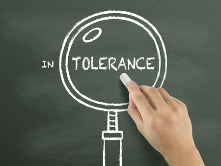 tolerancia: palabra tolerancia con lupa dibujado a mano en la pizarra