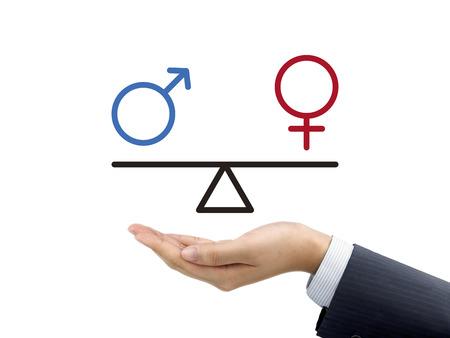 白い背景の上の実業家の手で保持している男性と女性の平等の概念