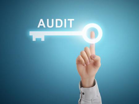 auditoría: mano presionando botón de la llave de auditoría masculino sobre fondo abstracto azul Vectores