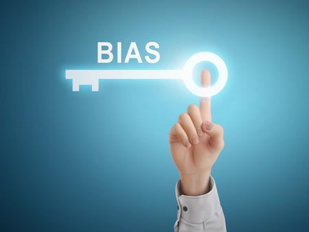 biased: maschio mano premendo il tasto chiave Bias su sfondo blu astratto Vettoriali