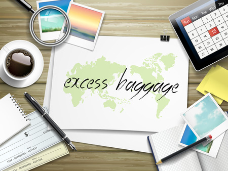 turismo: vista dall'alto di articoli da viaggio su tavola di legno con bagaglio in eccesso scritto sulla carta