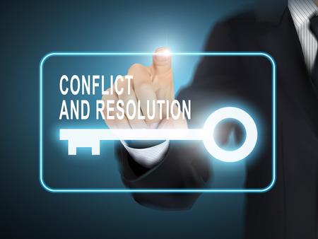conflicto: conflicto mano masculina presionando y botón de la llave resolución sobre fondo azul abstracto