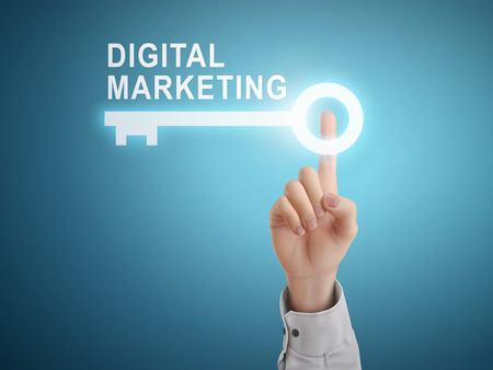redes de mercadeo: mano masculina botón de la llave de marketing digital apremiante sobre fondo azul abstracto