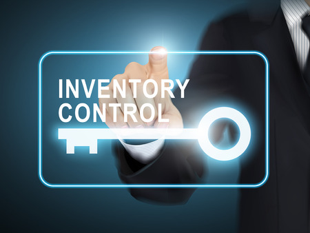 inventario: control de inventario pulsando mano masculina botón de la llave sobre fondo azul abstracto Vectores