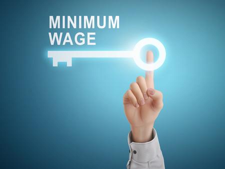 salarios: mano masculina botón de pulsar la tecla del salario mínimo sobre fondo azul abstracto Vectores