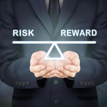 balanza en equilibrio: primer plano de mira de negocios la celebración de riesgos y sube y baja recompensa
