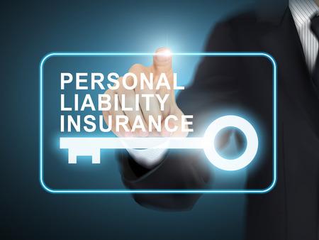 männliche Hand drücken Privathaftpflichtversicherung Schlüsseltaste über blauem abstrakten Hintergrund