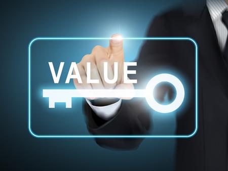 valores morales: valor presionando la mano masculina botón de la llave sobre fondo azul abstracto