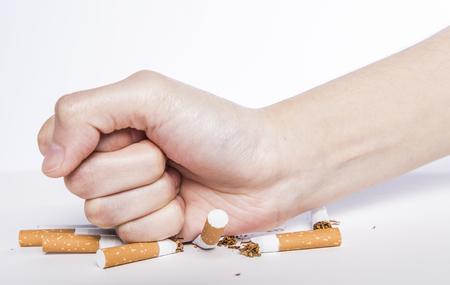 Ningún concepto de fumar, de cerca de un puño golpeando cigarrillos apretados, no fumar