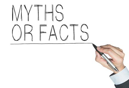 Mythes ou des faits écrits à la main, écrit à la main à bord transparent, photo Banque d'images - 64507950
