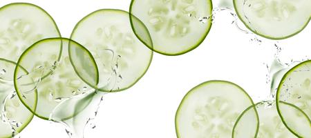 Gesneden komkommer met opspattend water op witte achtergrond in 3d illustratie