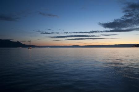 Ein Segelboot in den Genfer See bei Sonnenuntergang Standard-Bild