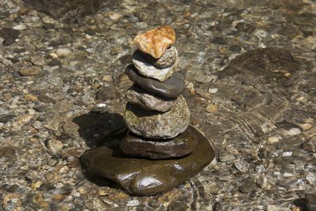 히말라야, 인도에서 폭포에서 수집 한 물에서 서로 위에 균형 잡힌 돌