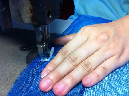 öltés: Ipari varrógép és kézzel