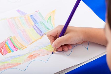 dessin enfants: Main de dessin des enfants par crayon de la couleur Banque d'images