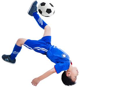 jeune joueur asiatique (thai) de football en uniforme bleu effectuer un tir de coup franc de vélos, isolé sur fond blanc