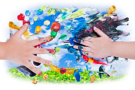 imaginacion: Primer plano de peque�as manos de los ni�os haciendo pintar con los dedos con varios colores en el cielo y el fondo verde tr�bol. �salo para concepto creativo o la imaginaci�n, visi�n superior