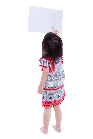 cuerpo completo: Cuerpo entero. Vista trasera de la pintura de la niña en el espacio de la copia en blanco con pincel, aislado en fondo blanco. Tiro del estudio