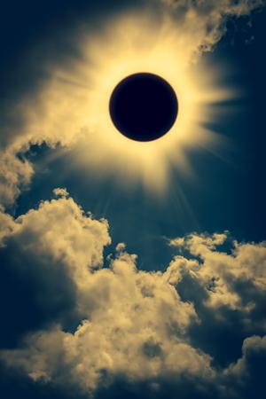 espacio eclipse solar con la nube. Fondo fantástico abstracto - pleno sol eclipse solar que brilla intensamente en el cielo nublado y el fondo de oro. Al aire libre en el día. efecto del tono de la vendimia.