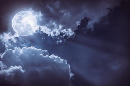 夜空の雲と明るい満月の魅力的な写真は、偉大な背景になります。夜の屋外。月は、NASA によって供給されたないです。