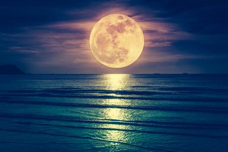 スーパームーン。夜の海の上に雲と明るい満月とカラフルな空。静けさ自然の背景、夜に屋外。クロスプロセス。月は自分のカメラで撮りました。