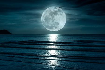 Gran luna. Cielo colorido con nubes y luna llena brillante sobre paisaje marino en la noche. Fondo de naturaleza serenidad, al aire libre en la noche. La luna tomada con mi propia cámara. Foto de archivo