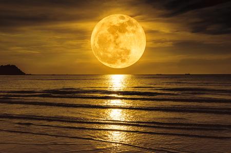 スーパームーン。夜の海の上に雲と明るい満月とカラフルな空。静けさ自然の背景、夜に屋外。月は自分のカメラで撮りました。