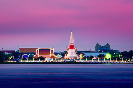 夕暮れ時、タイ ・ サムットプラカーン プラサムットチェディ