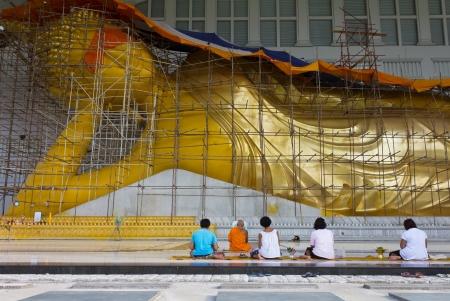 仏教教会、寺院のパビリオン、寺院ホール、修道士家で装飾されたあらゆる種類の芸術の女性の祈りと信仰、大規模なリクライニングブッダ、黄金の仏像が一般的に、タイでのプレゼンス彼らをアーティストを雇う人々 から寄贈されたお金と等 creaced、