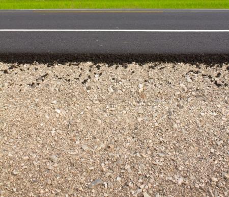 empedrado: Rock and suelo material sobre la nueva carretera asfaltada en las zonas rurales Foto de archivo