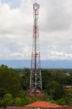 Pôle des télécommunications en communauté avec des arbres et ciel nuageux en arrière-plan Banque d'images - 15113989