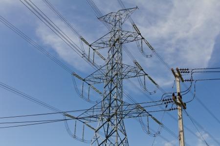 Poteaux électriques situés à proximité des pylônes à haute tension sur le fond du ciel Banque d'images - 15622663