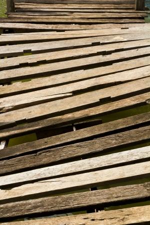 nicked: Antecedentes del viejo puente de madera que se derrumb� en la zanja amenazadoramente