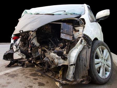 Voiture blanche isolée en face a été endommagé par accident Banque d'images - 39062235
