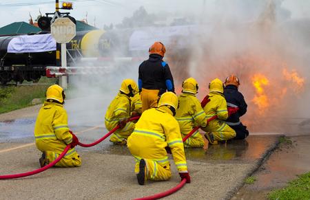 peligro: Equipo bomberos Tailandia extinguieron las llamas, llamas, humo cerca de la cisterna de tren, lo cual es peligroso.