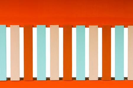 orificio nasal: Cerca de fondo de hormig�n de color naranja pared con una ventana de madera colorido Shera.