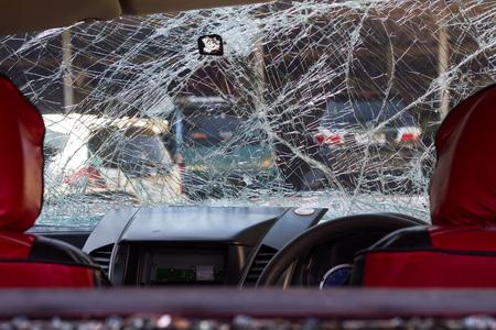 偶発的な破損をクラックするフロント ガラスに赤のシートを振り返ってください。 写真素材