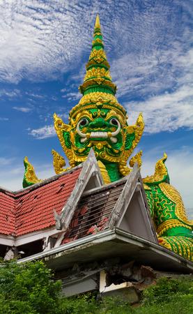 collapse: Budista colapso del techo de la iglesia, que devastó una gran estatua de un gigante detrás de las escenas con un cielo nublado.