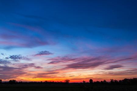 Fond coloré paysage magnifique ciel au lever du soleil tôt le matin sur la campagne de rizières. Banque d'images - 58204722