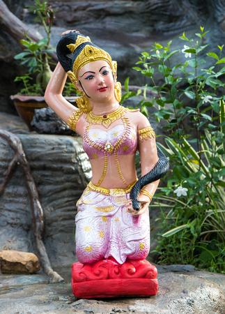 madre tierra: Estatua de la Madre Tierra que lleva un vestido rosado que se sienta apretado atado bollo legendario modelo en el río.