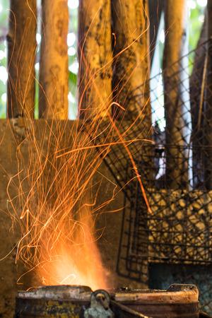 Cerrar Chispas ardientes de la estufa en la cocina de Tailandia rural. Foto de archivo
