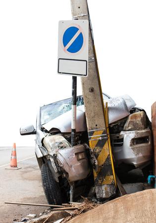 Fermer l'accident de voiture avant s'est écrasé dans un pôle de puissance des problèmes concrets qui ont un arrêt à proximité. Banque d'images - 70938675