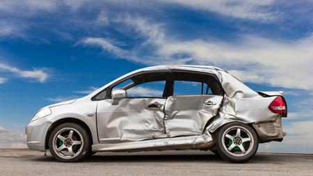 Los automóviles laterales se demolieron por accidente, colisionaron con otro vehículo, el cielo fue el telón de fondo. Foto de archivo - 75060744
