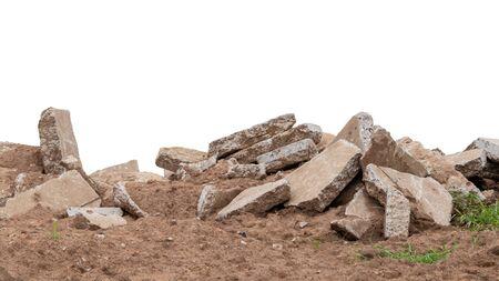 Isolats, gros tas de déchets de béton, qui ont été obtenus à partir de la démolition des anciennes routes et laissés sur le sol en Thaïlande rurale.