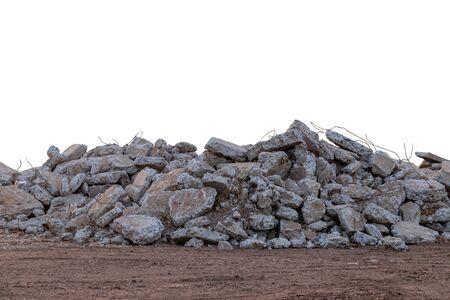 Rifiuti di cemento isolati, che sono stati demoliti, hanno distrutto la vecchia strada e poi scaricati a terra nelle aree rurali.